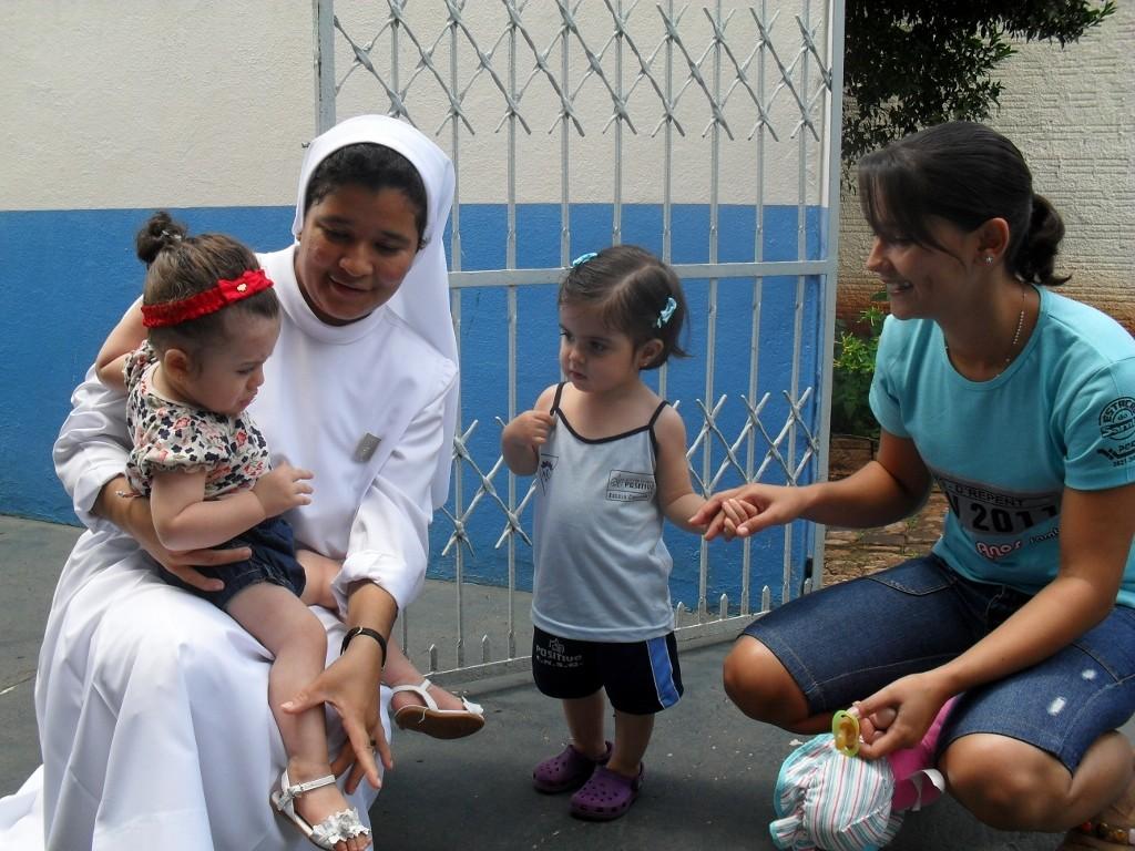 Ir. Juliana auxiliando as crianças da Educação Infantil Cambará 2011 (1024x768)